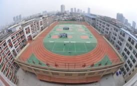 Ko'p qavatli uylar tomidagi stadionlarni tomosha qiling